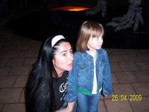 Shania mit Mama Bianca im Dinosauriermuseum
