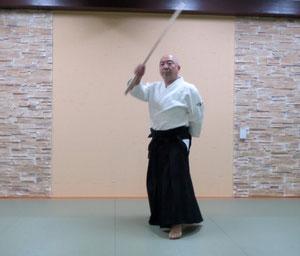 ①右足を軸として右手を降氣の形で額に巡り左手を腰に結び左足先は剣線を跨いで引きつける 左半身魄氣の陰で転換