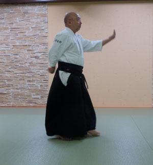 ①左半身から左魂氣が陰に巡る脇の隙間に左足腰で軸を