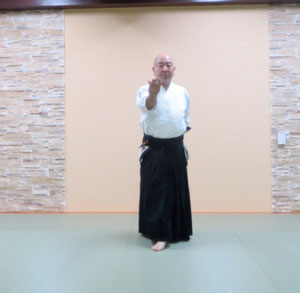 ⑤左を軸足とし右足を270度外に回転し左は90度軸足のまま内に捻ると右半身陰の魄氣 右手は腰から陽の陽 左手は膝から腰へ