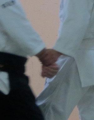 ②陰の陰で外巡り(二教の手)丹田と右脇の間を右足腰が受けの左脇と左足の間に入り身