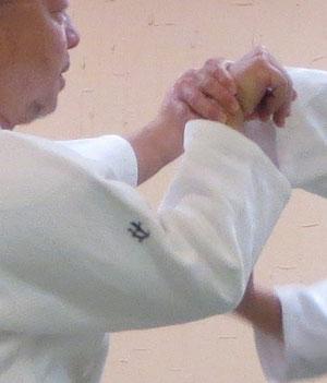 ④' 降氣の形で回外に一致・母指先は受けに向く。