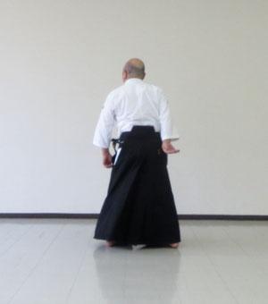 右足を後ろ回転の軸足とし内股に踏み替える