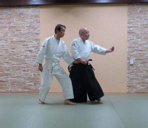 ④右足腰が互いの上肢と剣線の作る隙間に入り軸足として左半身に転換 魄氣は陰