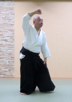 ①後ろ両肩取りの氣結び(単独動作)後ろ両手取りと比べて魂氣の結ぶ位置が更に低い膝の上にあることで両肩の位置も天地に並ぶ