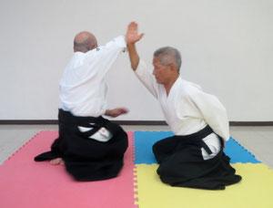①受けの正面打ちに右膝を左膝に引きつけ軸として右手を降氣の形