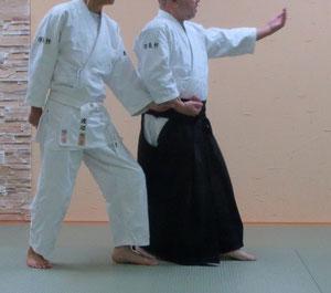 ④右足を軸として入身転換 魄氣は左半身の陰