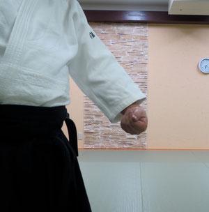 ④左半身で脇を開いて下段に与えようとするところ 母指は陽 他指は陰
