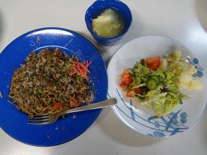 野菜いっぱいの焼きそば、グリーンサラダポテト添え、卵スープ