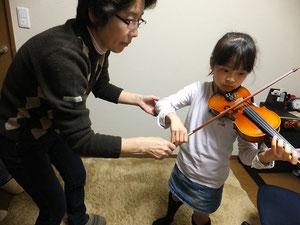 教室でのヴァイオリンレッスン風景