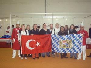 Das Team vom Hotel Plankl wurde auf dem internationalen Köche-Wettbewerb in Istanbul herzlich aufgenommen.  Die mitgebrachte bairisch-türkische Fahne hat natürlich gleich Sympatien geweckt.