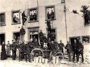 Limbacher Feuerwehr im August 1911 nach dem Löschen eines Brandes vor dem Haus des Friedrich Reinhard