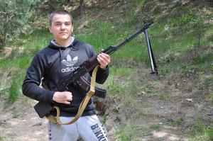Оружие в руках мужчины.