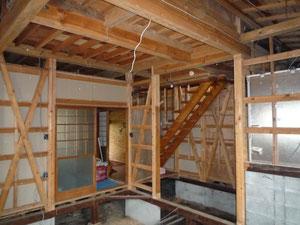 工事中 奥が玄関 2階へは玄関から直接上がっていました