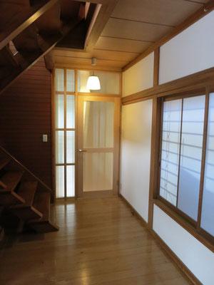 廊下に建具を取り付け長くいる居住空間を囲いました。壁は漆喰塗り