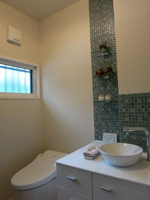 トイレ。手洗い収納もすべて製作