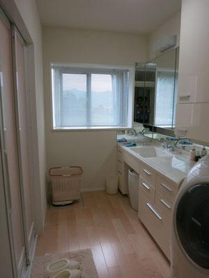 洗面室。洗面台に座れるようにしました。製作しました。