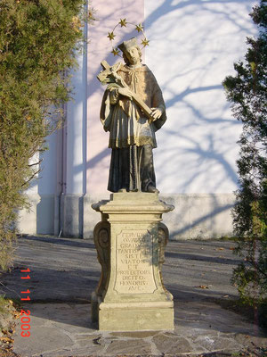 2003    Priestergrabmal, Hl. Nepomuk u. Schlosser-Kreuz / Maria Dreieichen / Kalksandstein Polychrom