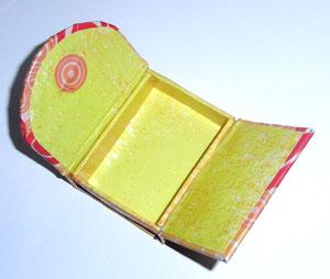 Kleine Box aus Graupappe mit zwei Klappen mit Deko Patch Papier