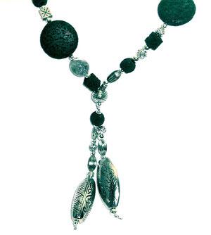 Kette mit dunkelgrünen Lava Perlen Nahansicht