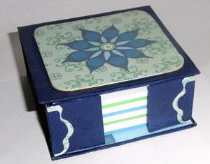 Zettelbox aus Graupappe mit Dekopatch Papier beklebt