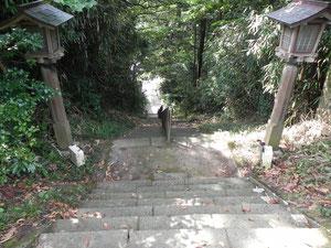 下りの石段。途中に末社の雷電神社がありました。
