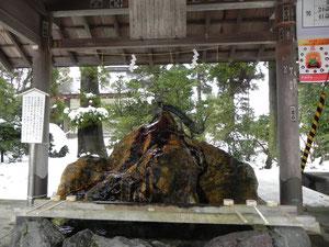 手水舎の内部                        水が流れる岩は、「水神石」と言われる霊石です