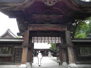参道石段の上に建つ神門