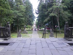 楼門から参道方面