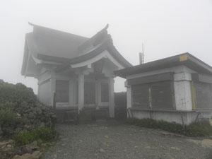 本殿と授与所 濃霧で閉まっていました