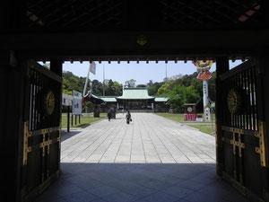 神門より社殿を望む