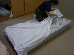 交通局内の寝具交換実習の様子