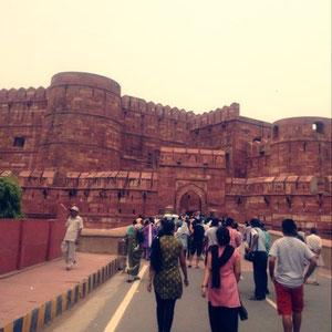 今度はアグラでタージマハルの次に有名なアグラ城を訪ねました。
