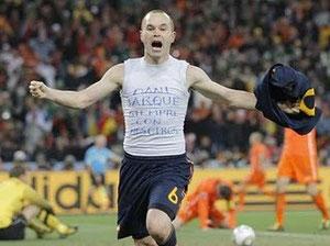 Iniesta celebrando gol en final del Mundial 2010
