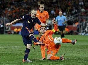 Iniesta disparando gol ante Holanda en final del Mundial 2010