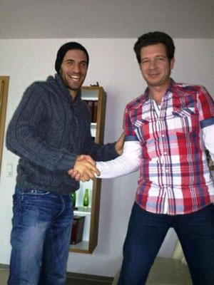 soeben alles klar gemacht... Der sportliche Leiter des FSV- Schröck, Christian Heintze mit Ahmet Marankoz