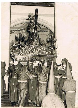 SALIDA DE PADRE JESÚS. EL CAPATAZ DEL TRONO ERA D. JOSE DÍAZ CAÑAMAQUE