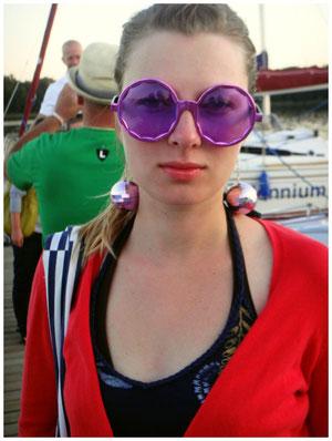 Die Brille (mit aufgehängten Discokugeln!) fanden wir (meine Orex (beste Freundin) und ich) einfach UNWIDERSTEHLICH...! :) Es war unsere tolle Segelwoche im Sommer 2011 ...