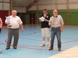 J. HORVAIS (à gauche) avec le Challenge de la Côte des Isles