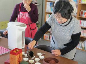 すいとんの写真は残念撮り忘れ。中国茶を入れるところをお楽しみください。