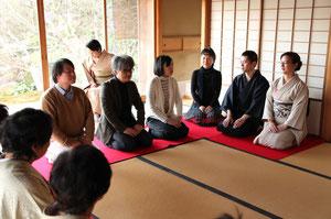参加者とアート談義する本田さん(右から2人目。右は山口裕美さん)