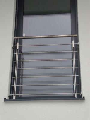 franz. Balkon aus Edelstahl mit waagrechten Füllstäben