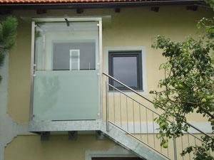 Stahltreppe mit Edelstahlgeländer und Edelstahl- Glas- Windfang