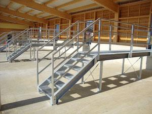 Einwurfpodest mit Treppe für Recyclinghof Schleedorf