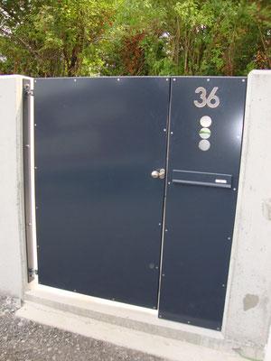 Gartentür mit integriertem Postkasten