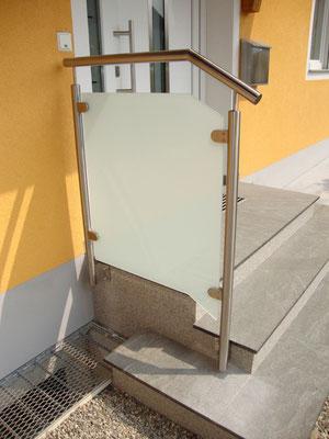 Hauseingangsgeländer aus Edelstahl mit satinato Glasfüllung