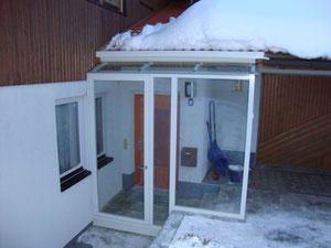 Windfang mit Überdachung und Tür