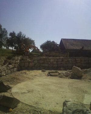 Enrochement maçonné en cours de construction