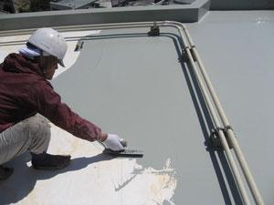 防水塗料を流し込みます!