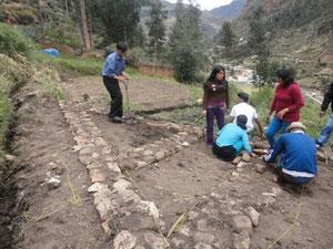 Etudiants de la UNDAC en train de créer leur Potager Educatif (Yanahuanca - Pasco - Pérou)